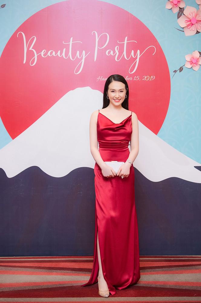 Vừa sinh con thứ 3 được 2 tháng, vợ Tuấn Hưng tự tin diện váy xẻ táo bạo - 1