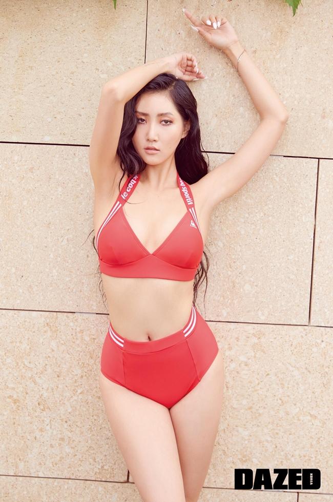 Ở xứ sở kim chi, Hwasa (Mamamoo) là một trong những người đẹp yêu thích phong cách gợi cảm, thường nói không với áo ngực.