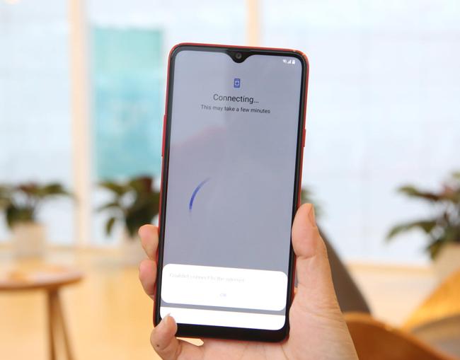 Ở góc nhìn này chúng ta có thể nhận thấy Samsung đã kết hợp notch chứa camera selfie 8 MP ở phía trên màn hình rất tinh tế.