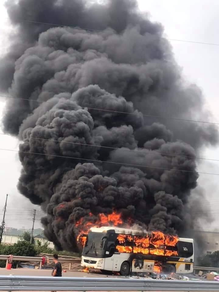 Xe khách bất ngờ cháy dữ dội trên cao tốc, cột khói đen khổng lồ bốc cuồn cuộn - 1