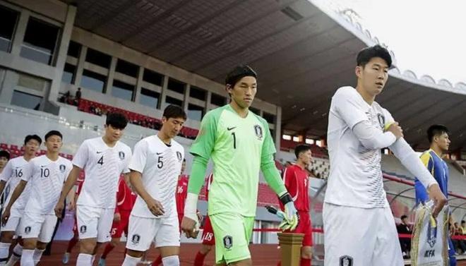 Trận bóng vòng loại World Cup kỳ lạ: Căng thẳng như trong chiến tranh - 1