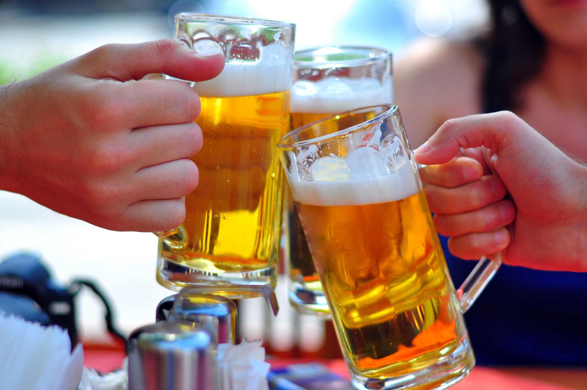 Giật mình với con số rượu bia đàn ông Việt uống mỗi lần đi nhậu - 1