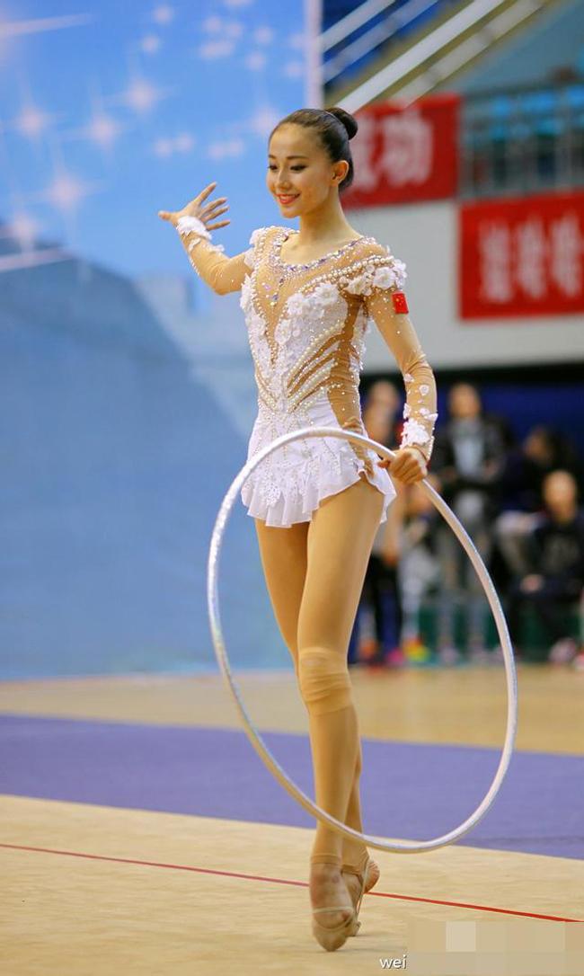Cô nàng sinh năm 1996 được mệnh danh là 1 trong số các nữ VĐV thể dục có nhan sắc đẹp nhất Trung Quốc.