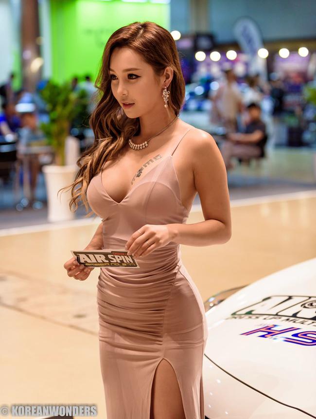Lee Jina là mỹ nhân xứ Hàn nổi tiếng được biết tới với nhiều danh xưng như DJ, nữ nhân viên ngân hàng hay luật sư nóng bỏng.