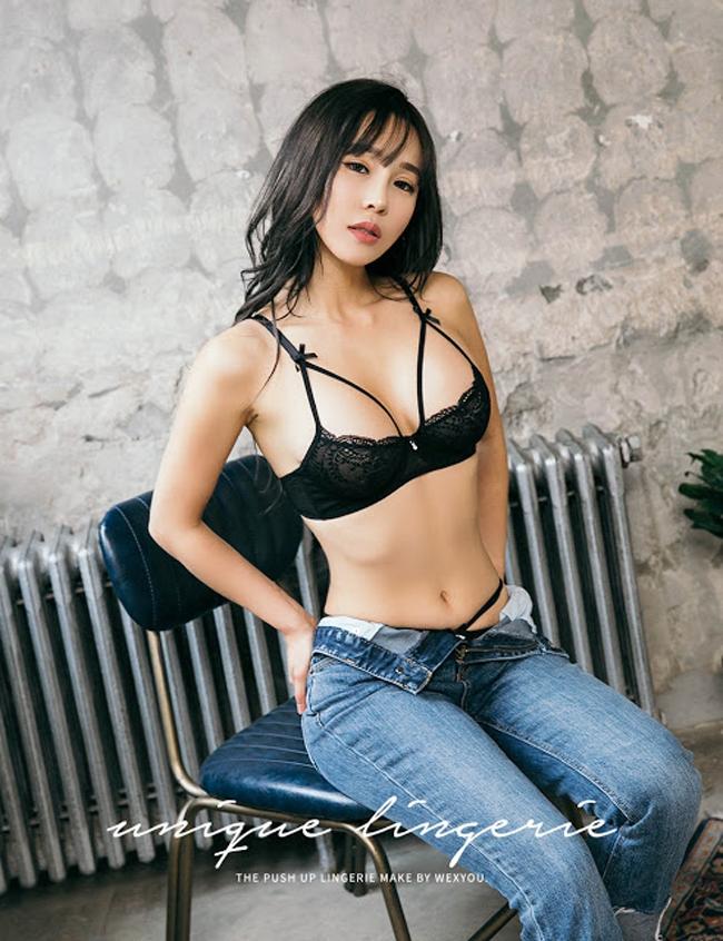 Lee Jina được biết đến với như là một người mẫu nổi bật vớithân hình quyến rũ, gương mặt xinh đẹp dễ thương.