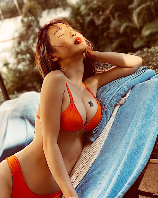 Lee Jina thử sức tại cuộc thi người mẫu áo tắm của tạp chí Maxim và giành giải cao.