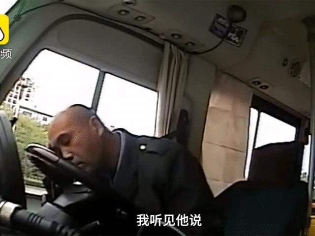 Đang lái xe, tài xế bất ngờ đuổi tất cả hành khách xuống nhưng hình ảnh sau đó mới thực sự xót xa