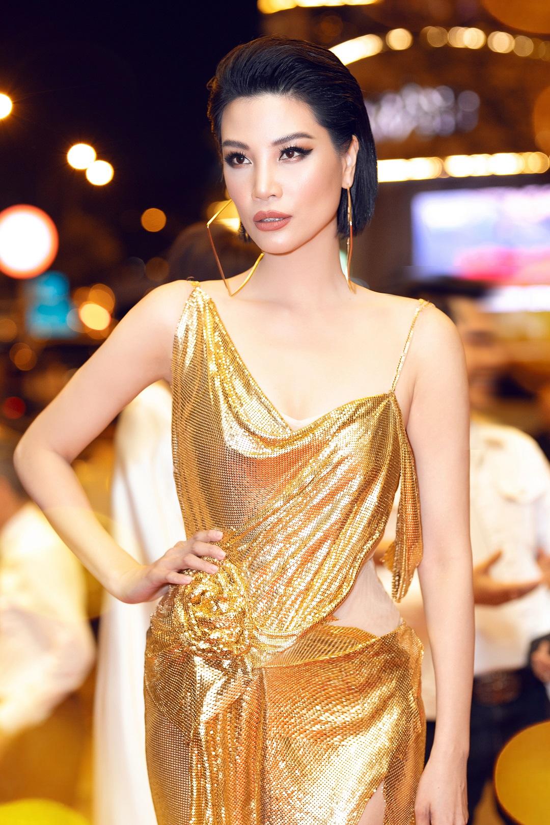 """""""Thót tim"""" vì váy xẻ cao tới hông của siêu mẫu Vũ Cẩm Nhung - 1"""