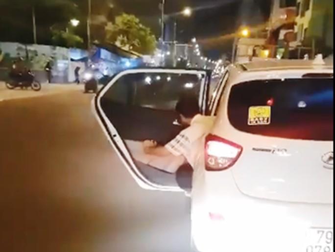 Ô tô vừa mở cửa vừa chạy lạng lách, tài xế bị phạt 700.000 đồng - 1