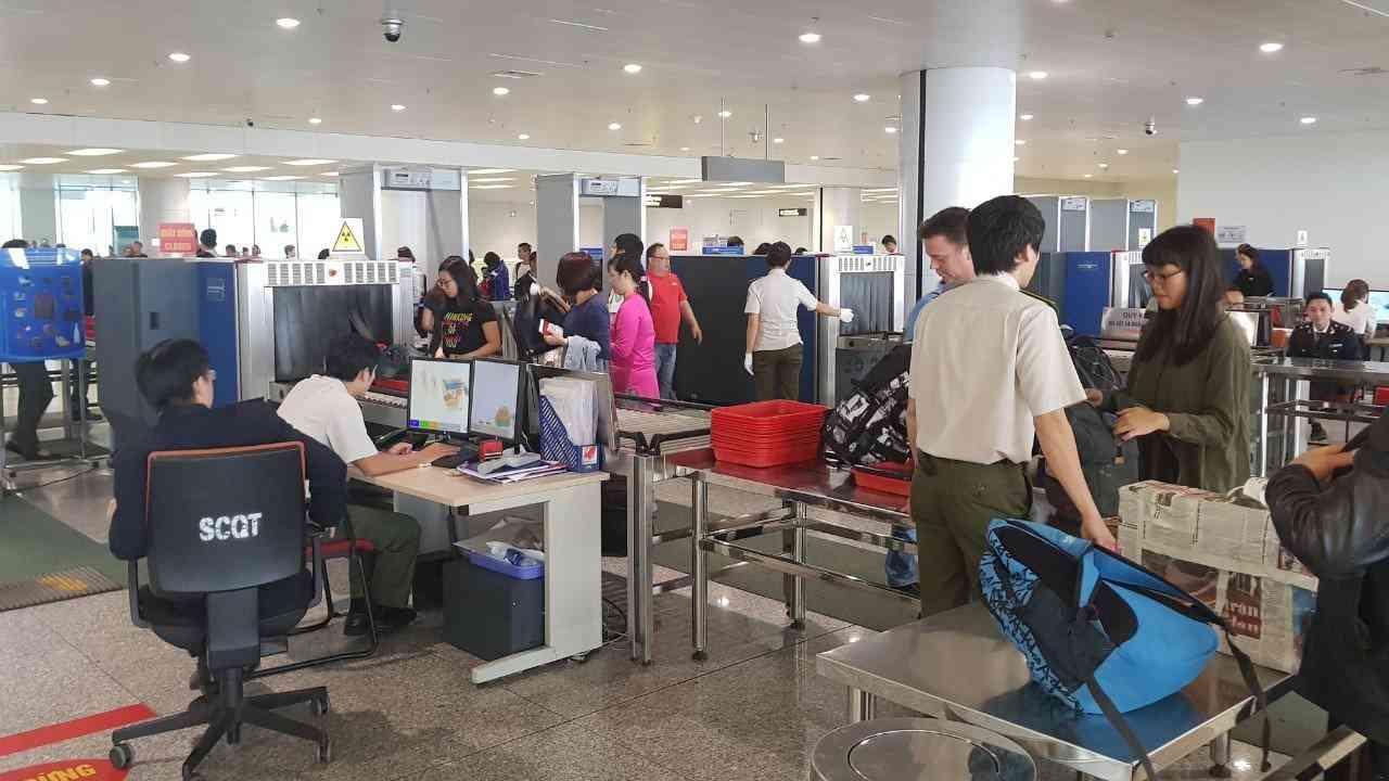 Nhân viên sân bay trộm đồng hồ hiệu ngay tại điểm soi chiếu an ninh - 1