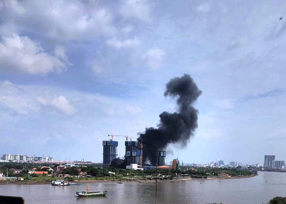 Khói đen bốc lên cuồn cuộn tại công trình cao ốc bên sông Sài Gòn - 1