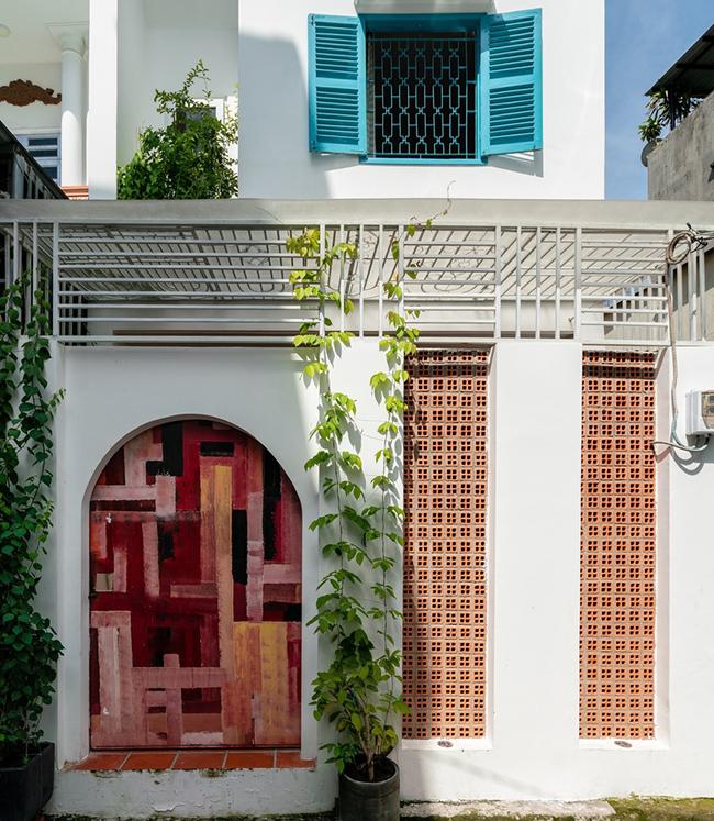 Căn nhà nằm ở gần cuối một con hẻm nhỏ thuộc quận Tân Phú, Tp. Hồ Chí Minh.
