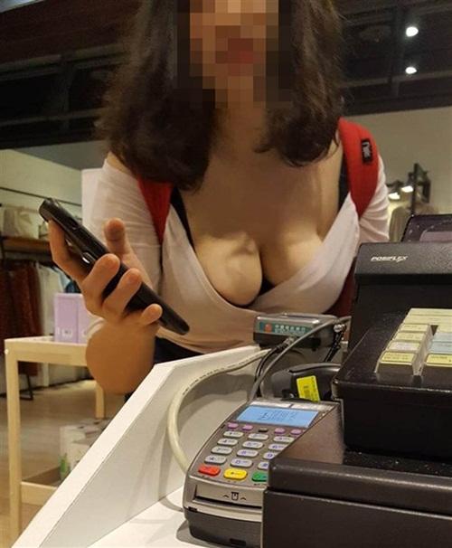 Cúi người hỏi đường, cô gái khiến nhân viên thu ngân ngượng chín mặt - 1