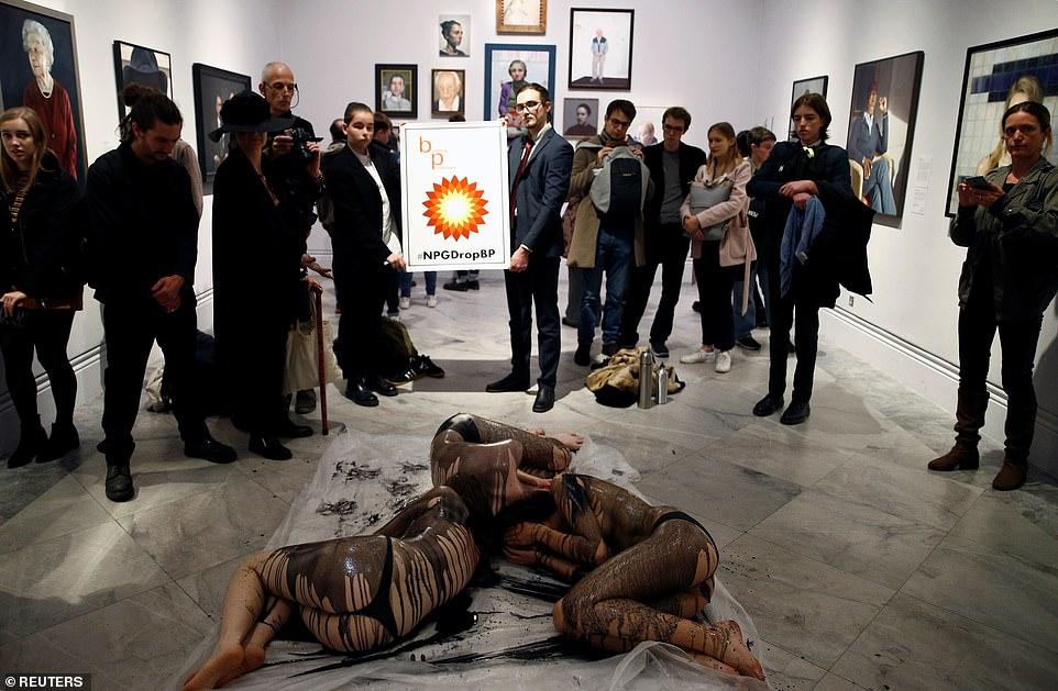 Phụ nữ ngực trần, đổ dầu giả lên người để biểu tình ở Anh - 1