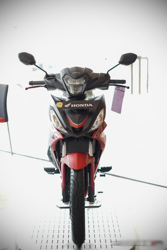 """Trong khi Honda Winner ở Việt Nam phải chịu tình cảnh """"ế"""" một thời gian dài, và Honda đã tìm ra giải pháp là nâng cấp lên Winner X thì Supra GTR150 ở Indonesia không vội vàng """"lột xác"""" mà chỉ tung ra phiên bản cải tiến 2020 Honda Supra GTR150."""