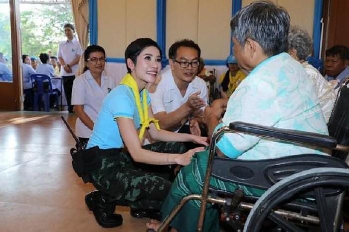Hoàng quý phi Thái Lan lẻ loi trước ngày bị phế truất, nhà vua sánh đôi bên hoàng hậu - 1