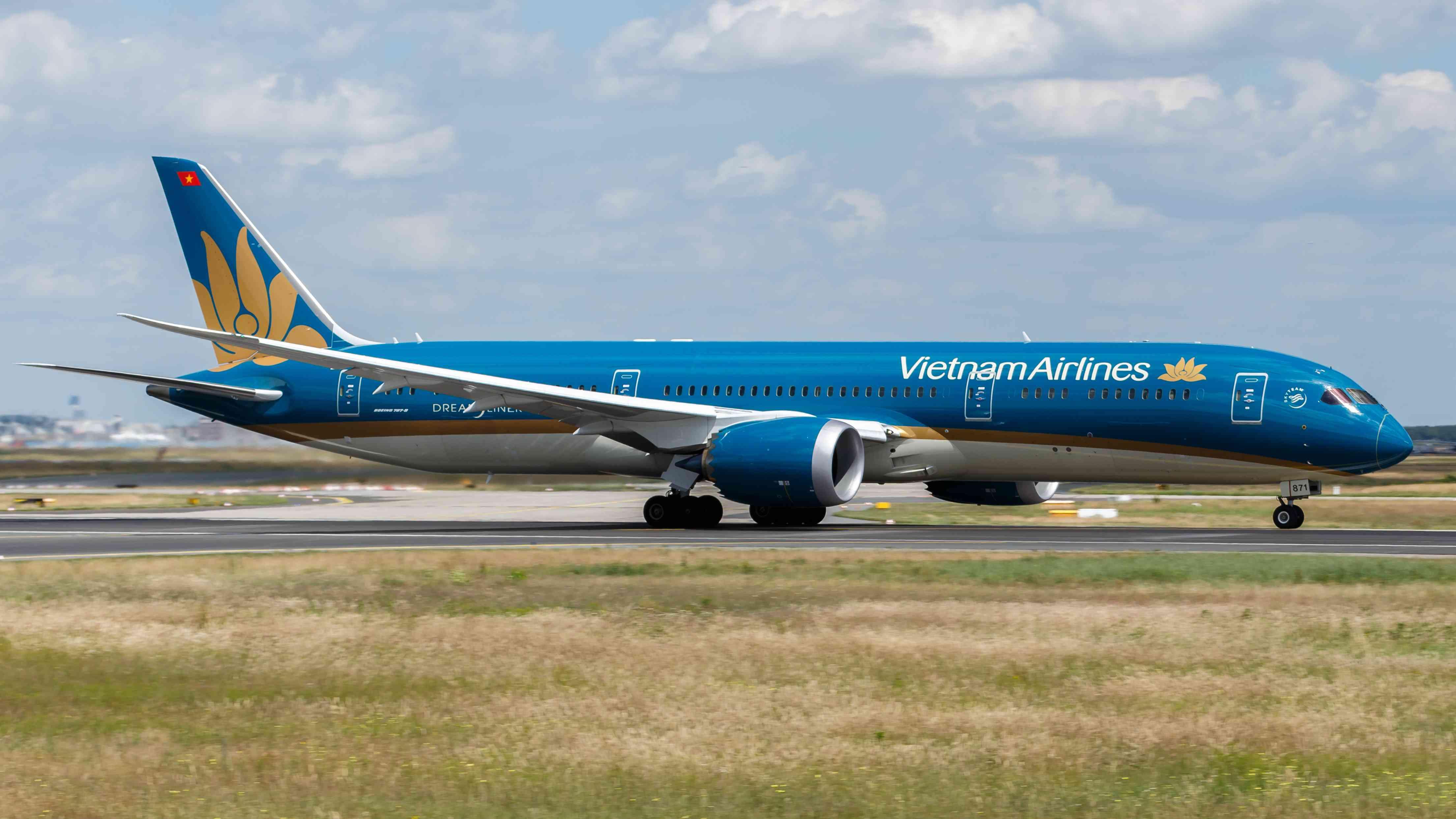 Boeing 787-9 của Vietnam Airlines bị ống lồng đâm hỏng tại sân bay Nga - 1