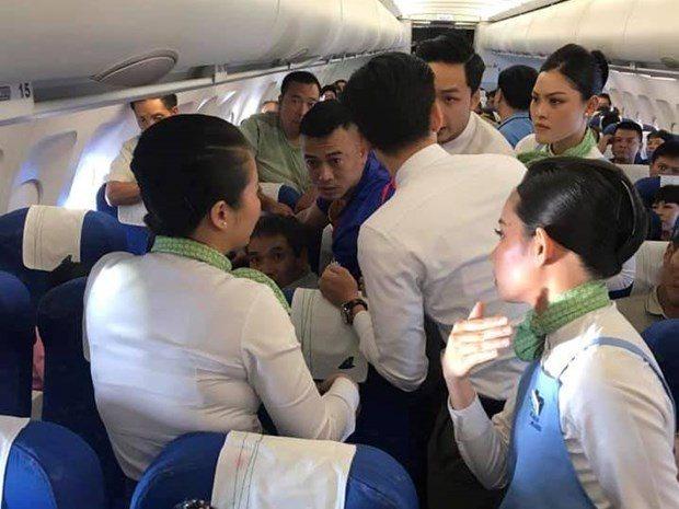 Một nữ hành khách co giật, cắn lưỡi trên máy bay - 1