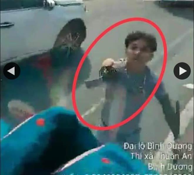 Công an Bình Dương phạt thanh niên vung kiếm chém nát kính xe tải trên Quốc lộ 13 - 1