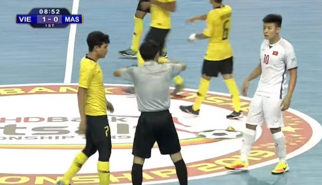 Video highlight trận Việt Nam - Malaysia: Rượt đuổi kịch tính, thở phào phút cuối (Futsal ĐNÁ) - 1