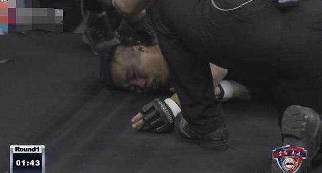 """Đệ tử Diệp Vấn bị đánh ngất sau 74 giây được sư phụ """"truyền nội công"""" cứu - 1"""
