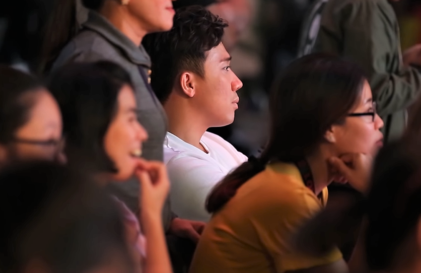 Hari Won ngồi lên đùi làm nũng với Trấn Thành trước chốn đông người - 1