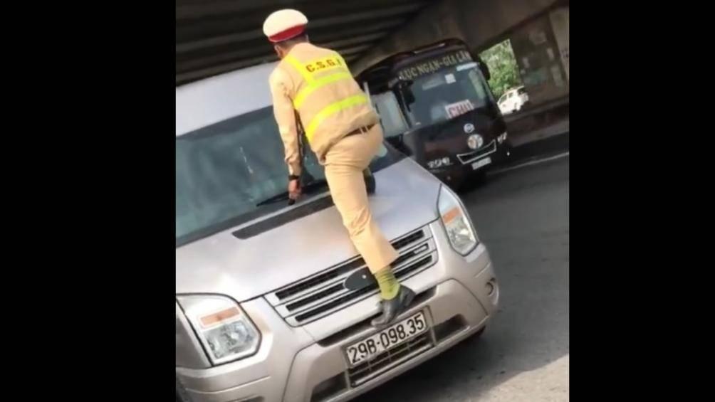CSGT Bắc Ninh nhảy lên đầu xe, túm cần gạt để dừng xe vi phạm - 1