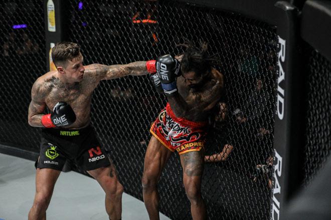 Thè lưỡi khinh thường đối thủ MMA: Võ sỹ nhận 2 cú đấm ngất luôn - 1