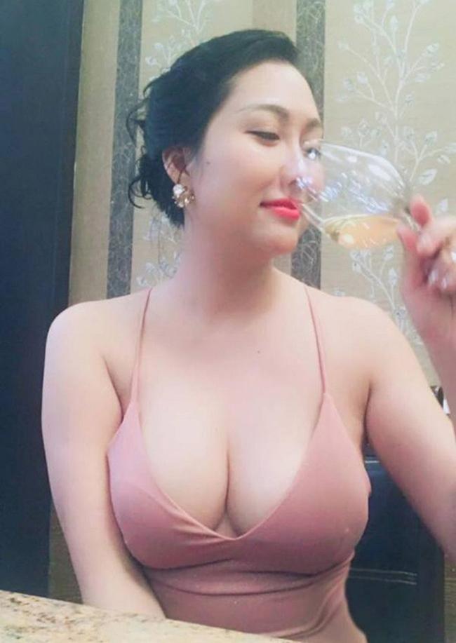 """Phi Thanh Vân luôn trở thành tâm điểm thu hút sự chú ý của khán giả trong các sự kiện cô tham gia vì mặc hở. Gu ăn mặc thoáng của """"người đẹp da nâu"""" được ví với Can Lộ Lộ nổi tiếng ở Trung Quốc."""
