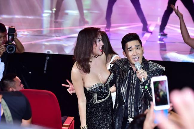 Nữ diễn viên khiến nhiều người ái ngại khi diện chiếc váy khoe tới 90% vòng một khi lên sân khấu chúc mừng ca sĩ Quang Hà.