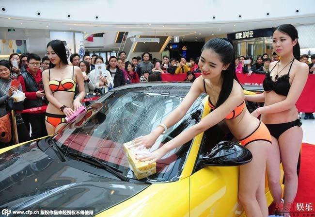 Nghề làm mẫu xe hơi không phải là công việc quá xa lạ với nhiều người đẹp. Thù lao cao, nhanh nổi tiếng đã khiến họ bất chấp.
