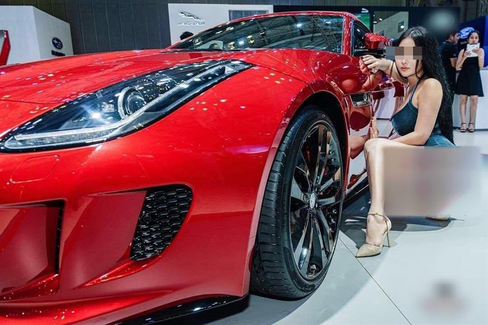 """Người mẫu gây sốc ở triển lãm ô tô đóng trang cá nhân sau nhận no """"gạch đá"""" - 1"""
