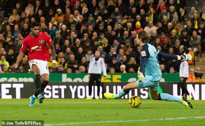 """Video highlight trận Norwich City - MU: """"Thảm họa"""" 11m hóa người hùng (Vòng 10 Ngoại hạng Anh) - 1"""