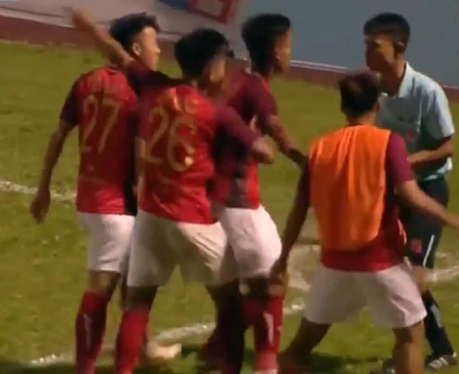 Tranh cãi Martin Lò và đồng đội rớt nước mắt vì hụt bàn thắng phút bù giờ - 1