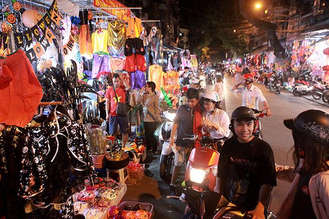 """Halloween làlễ hội hóa trang diễn ra vào ngày 31/10 hằng năm. Halloween 2019 rơi vàothứ Năm, thời điểm này, rất đông người dân đến phố Hàng Mã (Hoàn Kiếm, Hà Nội) để vui chơi, mua sắm. Người dân thường gọi con phố này dịp Halloween là phố """"âm phủ""""."""