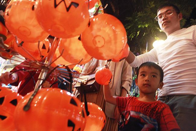 Đèn bí đỏ được trẻ em rất yêu thích, có giá từ 20.000 - 50.000 đồng/chiếc tùy kích cỡ. Theo một số chủ cửa hàng trên phố Hàng Mã, 3 sản phẩm được nhiều người hỏi mua nhất chính là quả bí ngô, mặt nạ và áo choàng.