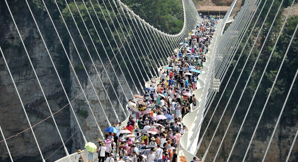 Trung Quốc đóng cửa hàng loạt cầu kính nổi tiếng vì lý do gây sốc - 1
