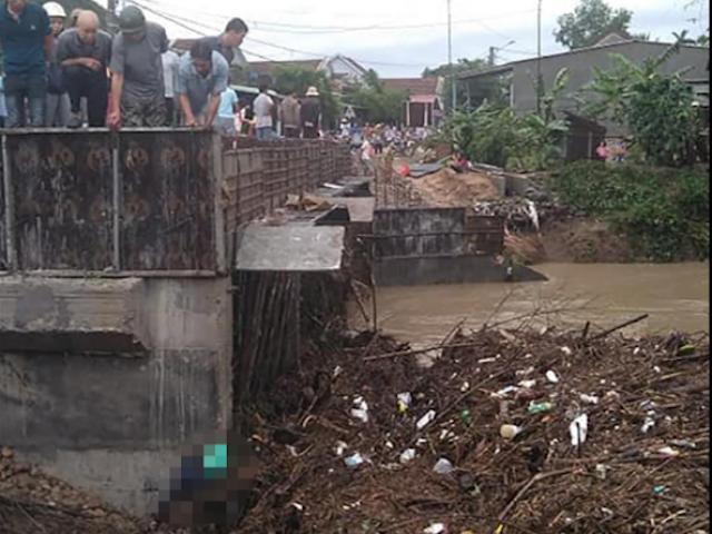 Một người chết khi di chuyển trên cầu lúc bão số 5 đổ bộ