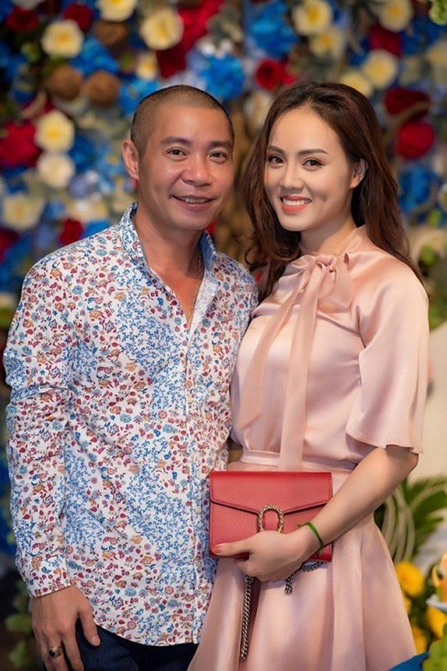 Trước Chi Bảo, NSND Công Lý cũng công khai chuyện tình cảm vào năm 2016 với nữ phóng viên xinh đẹp kém anh 15 tuổi. Bạn gái nam diễn viên 7X tên Ngọc Hà, hiện đang công tác tại một tờ báo điện tử ở Hà Nội.