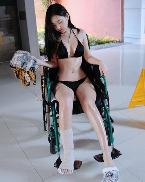 """Mặc bikini khoe thân trong bệnh viện, cô gái khiến dân mạng """"nóng mắt"""" - 1"""