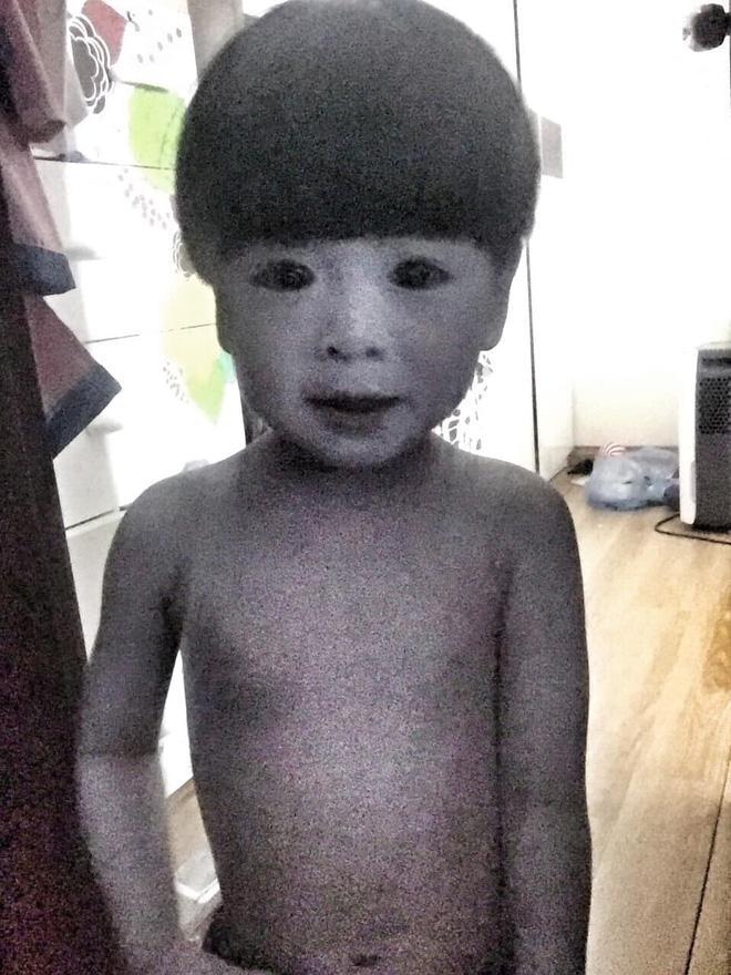 """Mẹ là """"fan ruột"""" của phim kinh dị, con trai 2 tuổi hóa nhân vật rùng rợn khiến tất cả hoảng sợ - 1"""