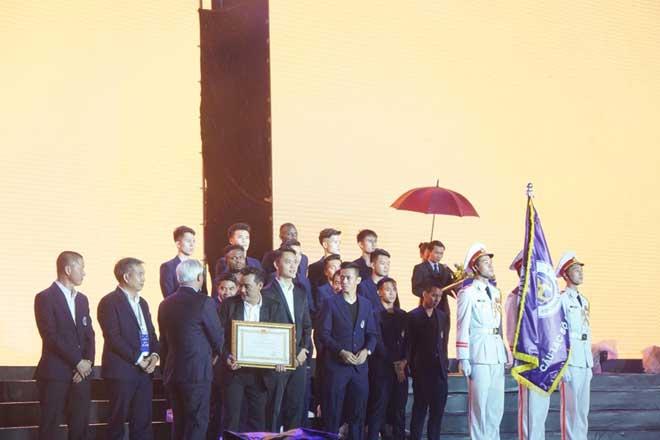 Lễ vinh danh CLB Hà Nội: Tôn vinh trong mưa, nhận huân chương lao động - 1