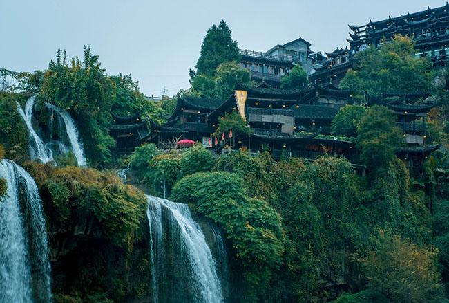Thị trấn cổ kính treo trên thác nước - 1