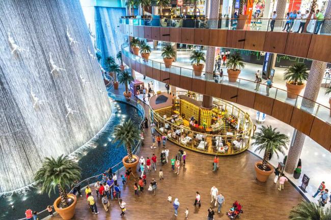 Trung tâm mua sắm Dubai: Với hơn 1.200 cửa hàng và 150 nhà hàng, du khách có thể dành cả ngày tại trung tâm mua sắm này. Nơi đây còn có công viên giải trí trong nhà, sân trượt băng và thác nước nhân tạo khổng lồ.