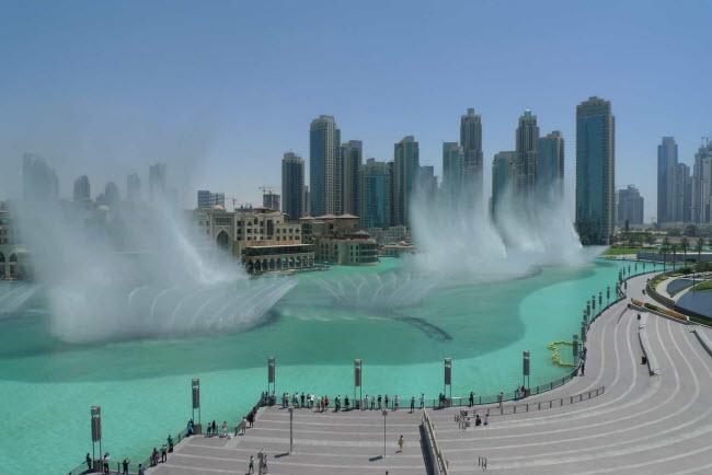 Đài phun nước Dubai: Nằm ngay bên ngoài trung tâm mua sắm Dubai, công trình là hệ thống nhạc nước lớn nhất trên thế giới. Nơi đây thu hút rất đông du khách, đặc biệt vào buổi tối với các màn trình diễn nhạc nước và ánh sáng.