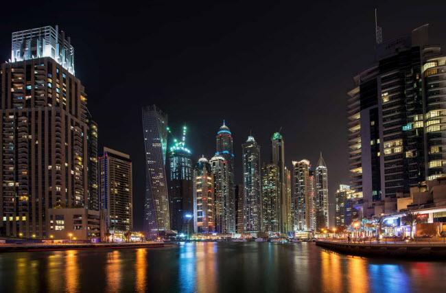 Dubai Marina: Đây là vịnh nhân tạo lớn nhất trên thế giới. Các tòa nhà ở đây được xây dựng dọc kênh nhân tạo dài 3km nổi với Vịnh Ả-rập.