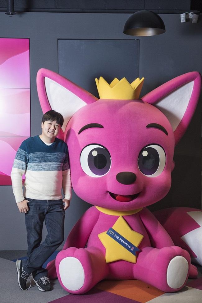Kim Min-Seok (38 tuổi, người Hàn Quốc) không có ý định viết một bài hát mang tầm ảnh hưởng toàn cầu. Sau khi làm việc tại các công ty game, anh đồng sáng lập SmartStudy để tập trung vào mảng giáo dục trên điện thoại thông minh.
