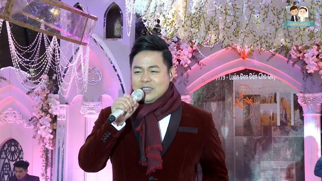 Nam ca sĩ còn thường được mời đi hát ở những đám cưới đại gia. Có tin đồn một lần hát ở tiệc cưới con đại gia, Quang Lê được trả 500 triệu đồng.