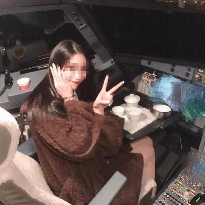 Nữ sinh tạo dáng trong buồng lái khiến phi công bị cấm bay cả đời - 1