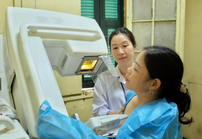 Bác sĩ Bệnh viện K hướng dẫn phát hiện các dấu hiệu tái phát di căn bệnh ung thư vú - 1
